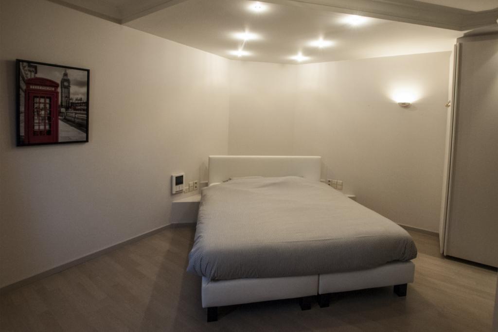 Schlafzimmer Mit Bad Und WC : Dieses Schlafzimmer Ist Mit Einem Doppelbett  Und Einem Entsprechenden Badezimmer Mit Großem Massagebad,  Doppelwaschbecken Und ...